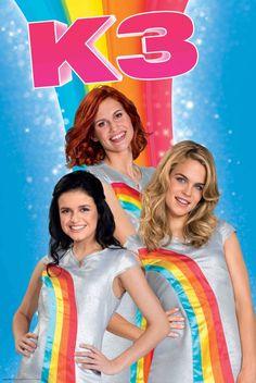 Hand in hand, oog in oog, alle kleuren van de regenboog! Vrolijke poster van de nieuwe K3 waarop ze hun bekende regenboogjurkjes aan hebben. En omdat we het zo leuk vinden, hebben we ook nog eens een regenboog op de achtergrond gezet. Games For Kids, Diy For Kids, Edible Printing, Inspiration For Kids, Pop Group, Madonna, Pretty Girls, Gaming, Poster