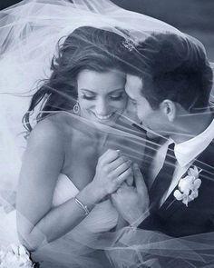 Se você vai usar véu não se esqueça de usá-lo como se aliado nas fotos. São várias as possibilidades converse com o seu fotógrafo e invente a sua pose!  http://ift.tt/1V0CMn6  #noiva #bride #ceub #casaréumbarato #wedding #instawedding #casamento #buquê #flores #flower #buquêdenoiva #inspiração #instawedding #noivas #noiva #noiva2016 #noiva2017 #ido #instabride #picoftheday #dreamwedding #bff #engaged #bridetobe #fashion #fashionista #weddingideias