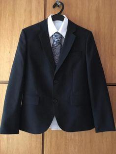 Weise Kommunion-Anzug (Polyester) slim bestehend aus Jackett: sportlich tailliert (original Armlänge - nicht gekürzt) inkl. Ersatz-knöpfe in der Innentasche des Jacketts.  Anzug-Hose: schmal geschnitten mit Gummieinsätzen im Bund (Beinlänge ungekürzt) Hemd: weiß, tailliert, sportlich geschnitten 100% BaumwolleKrawatte: grau/anthrazit gemustert Auf Wunsch auch Paketversand (national)!