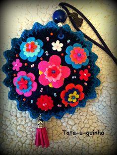 colar flor em feltro bordado com flores e missangas e debroado a crochet