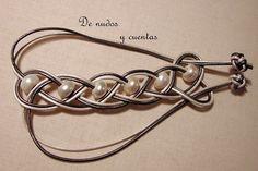 Pulsera en trenza de 4 con cuero y perlas by De nudos y cuentas, via Flickr
