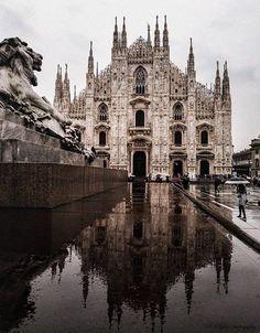 Con il sole o con la pioggia il #Duomo è sempre Sua Maestà Foto di Sergey Bykov #milanodavedere Milano da Vedere