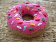 iced doughnut with sprinkles A very Homer Simpson approved felt food doughnut.A very Homer Simpson approved felt food doughnut. Felt Diy, Felt Crafts, Diy Crafts, Crochet Kawaii, Sewing Crafts, Sewing Projects, Felt Cupcakes, Crafts For Kids, Arts And Crafts