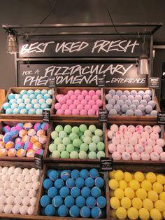 dit is een van mijn favoriete winkels omdat ik de kleuren en geuren magisch vind. Je kunt hier allemaal bruisballen en andere lekker dingentje voor in bad