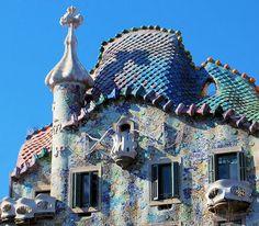 Casa battló - Gaudi Had you ever noticed the roof was representing a dragon? #casabattlo #amazing #roof #unique #gaudi