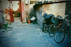 Do Chin nie nadaje się skala stopniowania opisujących je przymiotników i skala liczebników, wszak wszystko w nadmiarze i niedomiarze ucieka poza nią. Efekt skali jest przytłaczający...  http://republikapodrozy.pl/chiny-zycie-codzienne-ulicy/