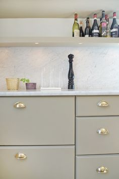 www.jeysenolesen.se © : kitchen design vignette : residential project, stockholm : (marble, brass, integrated lighting)