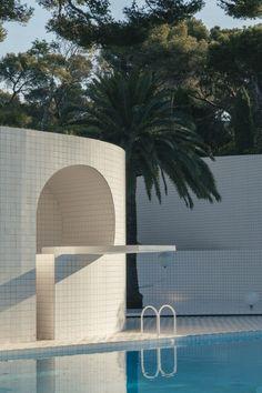 La piscine Capeillères, chef d'oeuvre de modernisme, photographiée par Romain Laprade - Journal du Design Modernisme, Journal Du Design, Chef D Oeuvre, Architecture, Marina Bay Sands, Les Oeuvres, Swimming Pools, Building, Travel