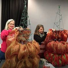 Christmas trees using mesh & chenille stems - original link leads to a defunct website this video was close but horizontal - looks like these ladies go in a zig-zag vertical motion each ring level :) Mesh Christmas Tree, Creative Christmas Trees, Noel Christmas, Winter Christmas, Christmas Ornaments, Tomatoe Cage Christmas Tree, How To Make Christmas Tree, Xmas Trees, Antique Christmas