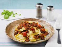 Verse ravioli gevuld met spinazie en ricotta met gehakt-tomatensaus