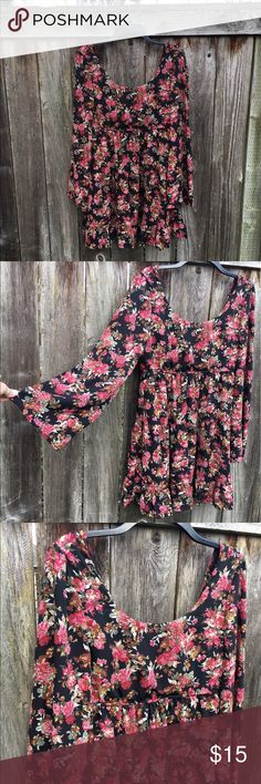 Floral Print Bell Sleeve Dress This bell sleeved dress would love cute in any season! Spring/Summer with cute sandals, or Fall/Winter with tall boots! PacSun Dresses Midi