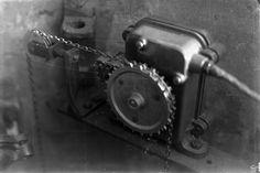 """Wasserstandsmessstelle an der Weser. Blick auf einen """"Pegelbrunnen"""", der den Wasserstand an der Weser anzeigt. Der Schwimmkörper hängt an einer Kette, das große Zahnrad dreht ein kleines, das den Zähler dreht. Aufnahme aus dem Jahr 1932."""