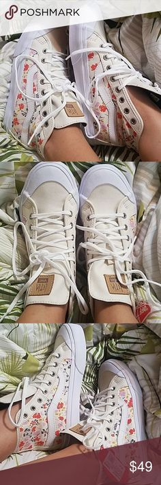 Vintage Christmas elements pattern Womens Lace up Fashion Sneaker Low Top Casual Flat Walking Shoes Comfort