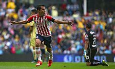 Por segundo partido consecutivo, el delantero de Chivas volvió a hacerse presente en el marcador y le hizo dos al odiado rival.