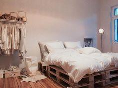 Einrichtungsidee Palettenbett. Schönes Bett aus Europaletten, Kleiderstange und gemütliche Holzdielen. #DIY #Europaletten