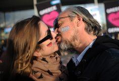 Um beijo é muito mais do que lábios que se fundem ou línguas entrelaçadas. Os cientistas acreditam que pode determinar o futuro de uma relação e até combater a depressão. Um estudo científico revel...