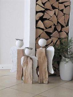 Foto: mooie kerstengelen goed gedroogde houtblok spijker - piepschuimbol is hoofd - fijn kransje erop vleugels van karton omwikkeld met gipsgaas. Geplaatst door BijBabs op Welke.nl