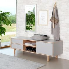 Dania TV bord i eg og grå laminat. Floating Nightstand, Entryway Bench, Furniture Design, Storage, Table, Home Decor, Sitting Rooms, Timber Wood, Homemade Home Decor
