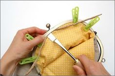 Frame purse construction (not English) Diy Bags Purses, Purses And Handbags, Frame Purse, Bag Patterns To Sew, Beaded Bags, Fabric Bags, Vintage Purses, Cloth Bags, Handmade Bags