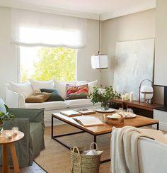 Salón en blanco distribuido entorno a la mesa de centro
