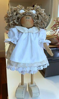 Apostila de boneca contendo passo a passo da montagem e pintura, moldes da madeira e moldes da roupa. Frete por conta do cliente. R$ 30,00