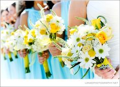 bridesmaids bouquets @Amber Pfliiger this is a perfect photo for your wedding!