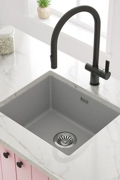 Our undermount composite 1-bowl sink is designed for modern kitchens and is manufactured from an 80% quartz composite in 3 finishes: White, Graphite Grey or Black. Small Kitchen Sink, Granite Kitchen Sinks, Kitchen Taps, Composite Sinks, Shower Fittings, Bowl Sink, Bowl Designs, Modern Kitchens, Undermount Sink
