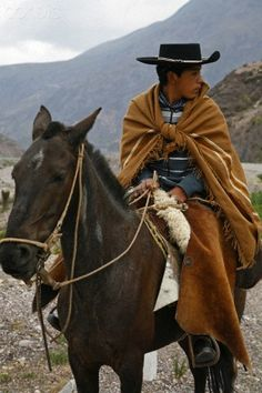 Gaucho , en la Quebrada de Humahuaca,  Argentina. El camino que conduce a Humauaca es lindisimo. Lo hice con mis padres.previamente estuvimos en Tucumán, Salta y la ciudad de Jujuy.