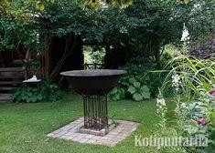 Vanha jalustalle nostettu rautapata on illanistujaisten kohokohta, kun siinä palaa avotuli. Seisomakorkeudelle nostettua tulisijaa on myös mukava käyttää. Kuva: Teija Tuisku Oasis, Fountain, Bird, Garden, Outdoor Decor, Plants, Home Decor, Dreams, Garten
