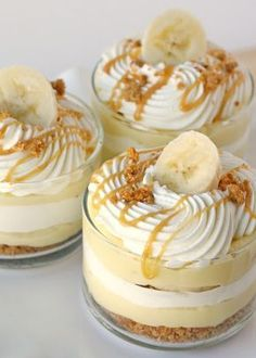 Party food and snack ideas - Mini Dessert Cups (Banana Caramel Cream Cups). These mini dessert cups are easy to serve at any event. And you can offer a variety on your party dessert table Yummy Treats, Sweet Treats, Yummy Food, Just Desserts, Dessert Recipes, Pudding Desserts, Dessert Healthy, Carmel Desserts, Dessert Food