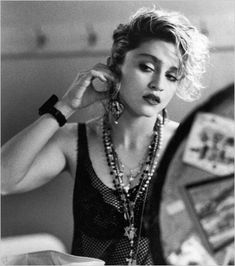 Madonna is a true living icon. She has had so many different looks over the years, but this is my favorite Madonna. Desperately Seeking Susan, Ozzy Osbourne, Britney Spears, Moda Punk, Madona, La Madone, 80s Hair, Good Poses, Material Girls