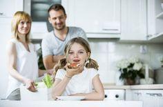 De tal palo, tal astilla: el papel de los padres en la prevención del cáncer   EROSKI CONSUMER. Los padres son el principal referente para sus hijos, un modelo en el que se inspiran para aprender cada día y a los que tratan de copiar