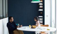 The Socialite Family | Moment père-fille privilégié dans le salon de Caroline Gomez #famille #family #carolinegomez #diningroom #salleàmanger #father #girl #table #white #knoll #library #bibliothèque #lamp #green #blue #glass #light #inspiration #idea #design #deco #inspiring #home #artist #bordeaux #thesocialitefamily