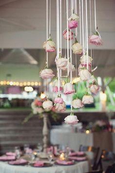 Mooie tafel versiering voor huwelijk, feestje met rozen aan draad. Deze kun je vervangen voor iets anders.