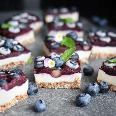 "10.4 tis. To se mi líbí, 81 komentářů – Let's Cook Vegan (@letscookvegan) na Instagramu: ""Blueberry Jam & Vanilla Cheesecakes by @rawspirations 💙  Base Ingredients: 1/2 cup raw almonds…"""