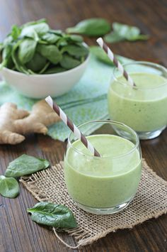 Recipe for a healthy vanilla mango spinach smoothie. With tropical flavors from the mango and fresh ginger. Creamy, a little sweet and with a hint of kick.