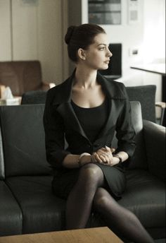 Anne hathaway power dressing for a girl boss moment Anne Jacqueline Hathaway, The Dark Knight Rises, Power Dressing, Actrices Hollywood, Poses, Mode Style, Catwoman, Batgirl, Girl Boss