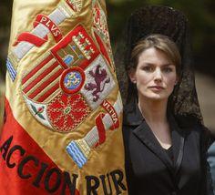 Doña Letizia ha vivido seguro con emoción esta primera entrega de la bandera como Reina que tiene ocasión una década después de la que presidió siendo Princesa, cuando llevaba un año casada con don Felipe y estaba embarazada de la princesa Leonor  © Getty Images