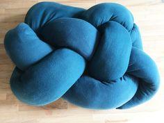 """Każda z nas ma w domu stare legginsy, które nie nadają się już do noszenia. Zamiast je wyrzucać zróbmy z nich coś użytecznego. Ostatnio bardzo popularna stała się """"knot pillow"""", czyli tzw. poduszka węzeł. Jest ona prosta w wykonaniu, a jednocześnie ciekawa. Można bawić się kształtem i..."""