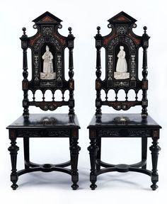 Im Louis XIII-Stil. Ebonisiert, mit Ornament- und Bildintarsieneinlagen in Elfenbein sowie eingelegten Buntmarmorsteinen. Die geraden Lehnen im Re- ...