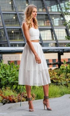 Jessica Hart rocks this fab TIBI outfit! Glamouröse Outfits, Crop Top Outfits, Skirt Outfits, Fashion Outfits, Fashion Trends, Skirt Fashion, Looks Style, Mode Inspiration, White Skirts