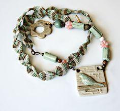 Oiseau et feuilles Micro macramé Collier - pendentif en céramique artisanale et fermoir - OOAK collier fait main - oiseau sur une branche - arbre