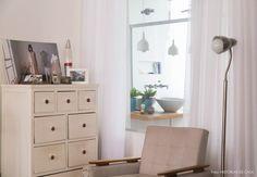 O banheiro é separado do quarto por uma grande janela de vidro trazendo mais luz aos dois ambientes.