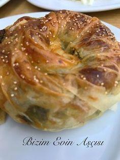 Tatilde, Alaçatı'da her sabah kahvaltıda bu börekten yedik, hepimiz çok sevdik, fanatiği olduk resmen :), tatil bitti ama börek fanatik...