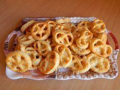 Ez a sajtos perec remek sörkorcsolya. Kiadós, sokáig eltartható, így utazáshoz, kiránduláshoz is remek választás.Sajtos perec receptjeEbből a mennyiségből 70-75 db sajtos perecünk lesz.Sajtos perec My Recipes, Holiday Recipes, Cooking Recipes, Hungarian Recipes, Bread And Pastries, Exotic Food, Winter Food, Food For Thought, Baked Goods