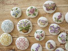 Seven Winds: Вышитые пуговки Tiny Cross Stitch, Cross Stitch Needles, Cross Stitch Embroidery, Flower Arrangement Designs, Flower Arrangements, Handmade Decorations, Needlework, Projects, Blog