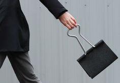 Peter Bristol による『Clip Bag』は、外で持ち歩くのが楽しくなりそうなバッグです。  ダブルクリップ(バインダークリッ