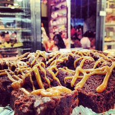 Ξεκινάμε να γράφουμε τη συνταγή της ευτυχίας:  1. Σοκολάτα 2. Καραμέλα 3. Μια αγκαλιά 4. ..... 5. .....  Συμπληρώστε τα υπόλοιπα! Brownies, Waffles, Breakfast, Food, Cake Brownies, Morning Coffee, Essen, Waffle, Meals