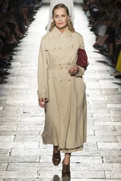 Bottega Veneta - Spring 2017 Ready-to-Wear Lauren Hutton walks