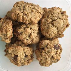 Glutenvrije koekjes 2 eigelen 300 g glutenvrije bloem 130g bruine suiker 175g boter 1 lepel bakpoeder Zout 50 g brokjes chocolade 1 geprakte banaan